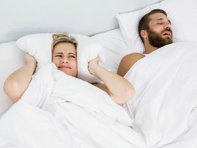 """Neispavani ste jer partner celu noć """"testeriše""""? Sitnica koju imate u kući pomoći će da ZAUVEK SPREČITE hrkanje"""