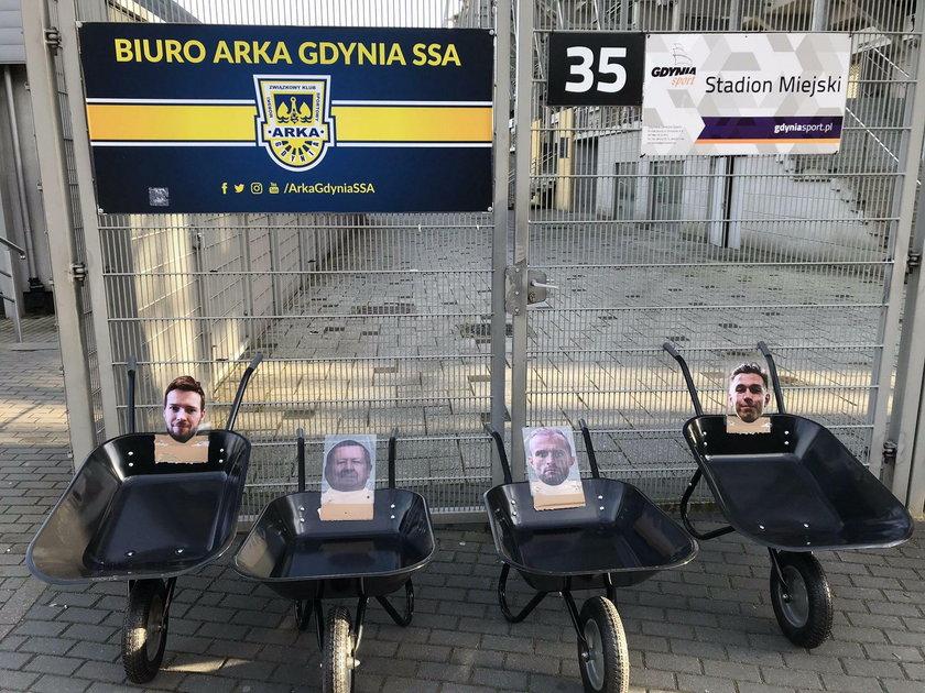 Przed siedzibą klubu kibice ustawili cztery taczki ze zdjęciami właścicieli i działaczy.
