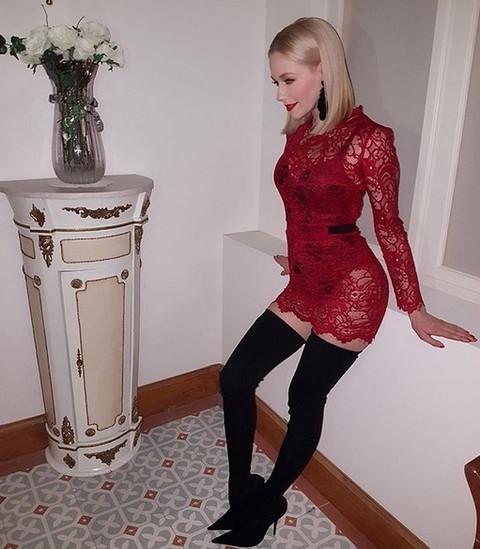 Crvena providna haljina i gaćice na IZVOL'TE: Uvek je smerna, a sad sve gori od njenog VRELOG IZDANJA!