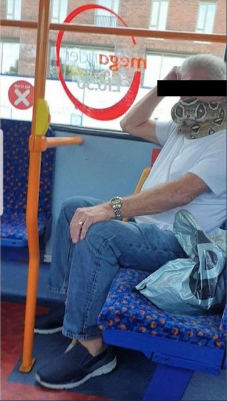 Nosio zmiju umesto maske