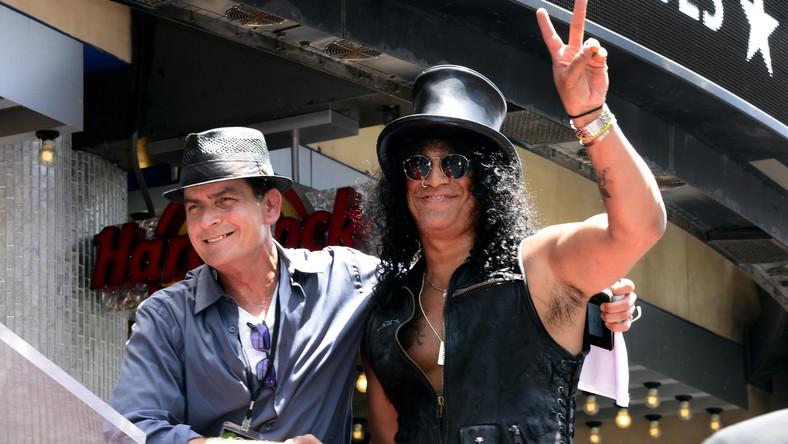 W trakcie ceremonii muzykowi towarzyszyli przyjaciele, wśród nich producent Robert Evans i gwiazda Hollywood Charlie Sheen.
