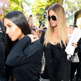 Kim Kardashian poszła na pizzę z siostrą. Celebrytkom towarzyszył tłum fotoreporterów