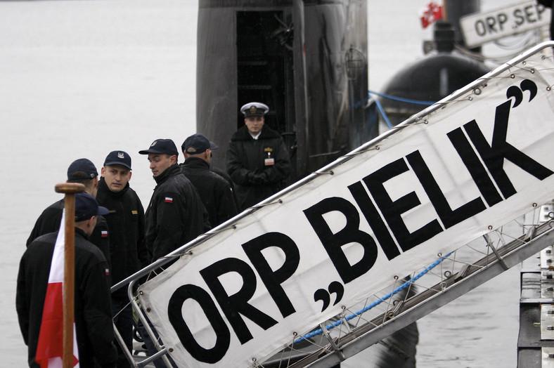 """Załoga okrętu podwodnego ORP """"Bielik"""" schodzi do okrętu podczas pożegnania w porcie wojennym w Gdyni, 28 bm. ORP """"Bielik"""" weźmie udział w jednej z najważniejszych operacji NATO - antyterrorystycznej akcji Active Endeavour - na Morzu Śródziemnym. (aw/kru) PAP/Adam Warżawa"""