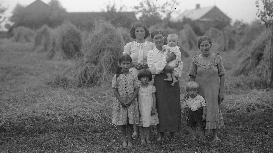Służące z dziećmi w Uninie, rok 1939 (zdj. ilustracyjne)