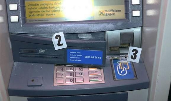 Skimer na bankomatu, ilustracija