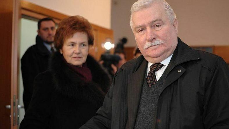 Lech Wałęsa z żoną (w tle)