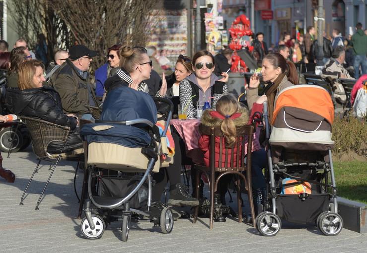 Novi Sad 92 lepo vreme prolece u gradu mama mame sa decom foto Nenad MIhajlovic_preview