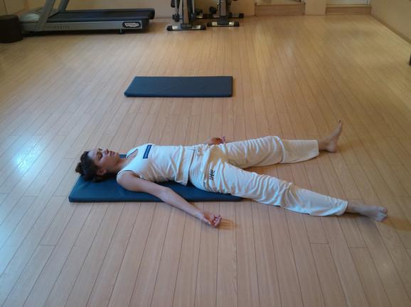 Šavasana položaj opušta telo i um, idealan položaj za opuštanje, odmara kičmu i mišiće.