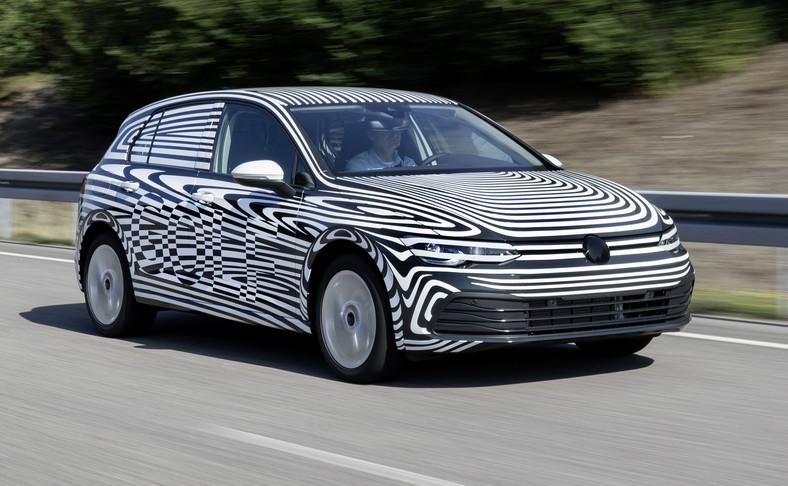 Volkswagen Golf VIII na drodze. Wygląd? Stylistycznie będzie ewolucją wszystkich wcześniejszy wcieleń. Nie ma co się dziwić, bo Golf podoba się kierowcom taki, jaki jest. Delikatnie zmienią się proporcje