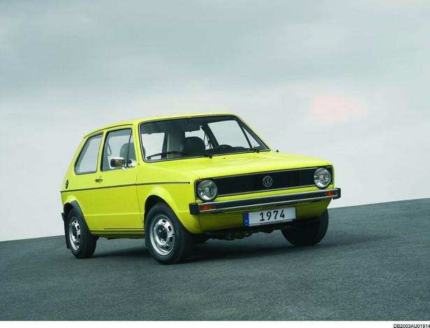 """Golf I (1974 do 1983): """"Wszystko rozpoczęło się rewolucją w 1974 roku"""" – wspomina Klaus Bischoff, szef designu marki Volkswagen. """"Przejście z Garbusa do Golfa było rewolucyjne. Wraz z przestawieniem się z chłodzonego powietrzem, montowanego z tyłu silnika na chłodzony wodą silnik z przodu i z napędu na tylną oś na napęd na przednie koła powstała całkiem nowa konstrukcja samochodu. Pod względem stylistyki, projektanci Volkswagena – dzięki legendarnemu projektowi Giorgio Giurgiaro – zamienili okrągłe kształty na bardziej kanciastą formę."""""""