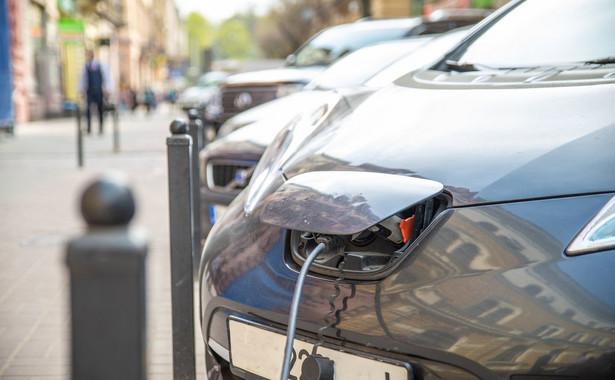 Właśnie dlatego akcja gaśnicza w przypadku samochodów elektrycznych wymaga ze strony strażaków większych środków ostrożności.