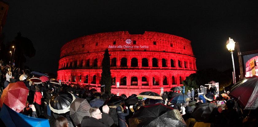 Koloseum w kolorze krwi. Co się stało?