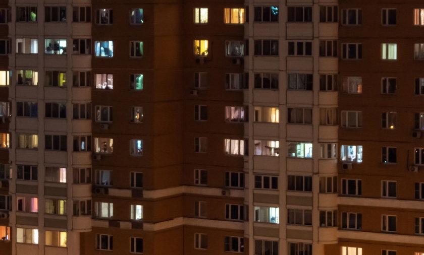 Głośny płacz dziecka obudził mieszkańców lubelskiego osiedla. Na balkonie była skulona dziewczynka [zdjęcie ilustracyjne]