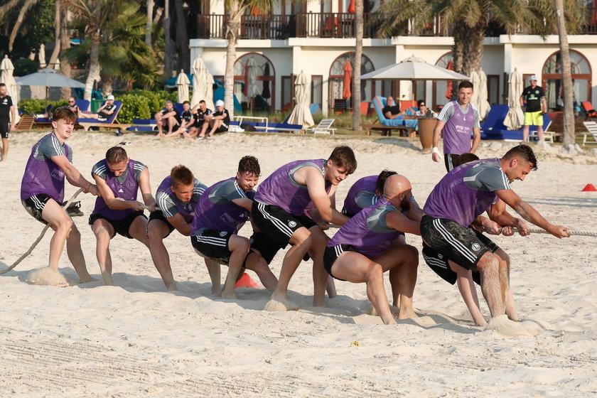 W sobotnie popołudnie piłkarze Legii bawili się na plaży. Rywalizowali starsi piłkarze na młodych