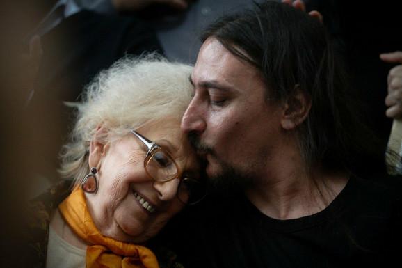 Havijer je zahvalan Esteli de Karloto koja mu pomaže u pronalasku porodice