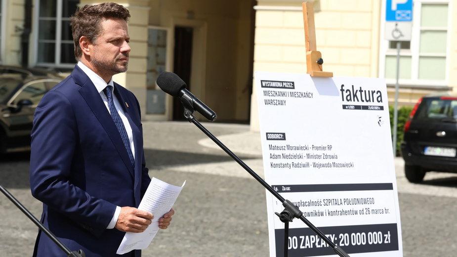 Rafał Trzaskowski zaprezentował fakturę na 20 mln zł. Tyle dofinansowania chce od miasta rządowa pełnomocnik Szpitala Południowego na jego utrzymanie