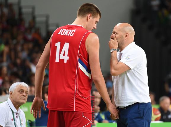 Nikola Jokić i selektor Aleksandar Đorđević tokom nastupa košarkaška Srbjie na Olimpijskim igrama u Atini