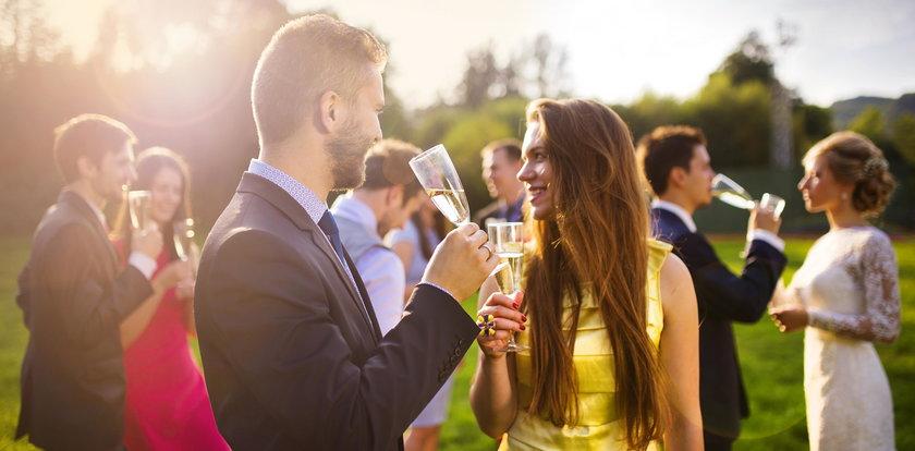 Jaka sukienka na wesele 2021? Maxi długa, midi, plus size. Oto propozycje!