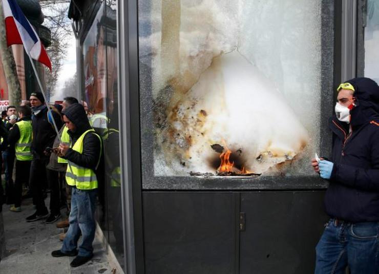 Pariz protest AP3