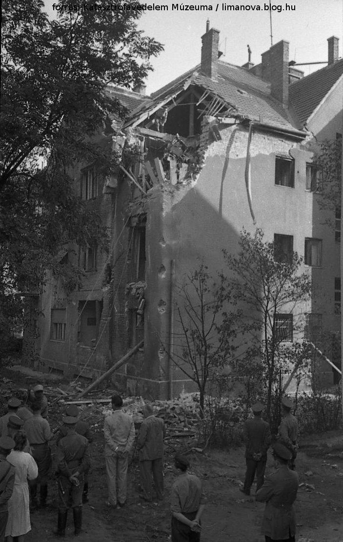 A ház tetejébe csapódott be az irányíthatatlanná vált repülőgép / Katasztrófavédelem Múzeuma / limanova.blog.hu