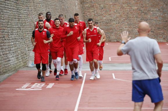 Trening košarkaša Crvene zvezde po kiši na Malom Kalemegdanu