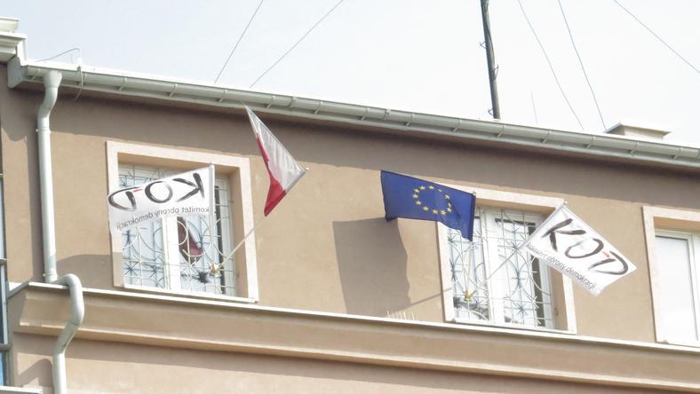 Białystok: radnego bulwersują flagi KOD-u w towarzystwie barw narodowych i unijnych