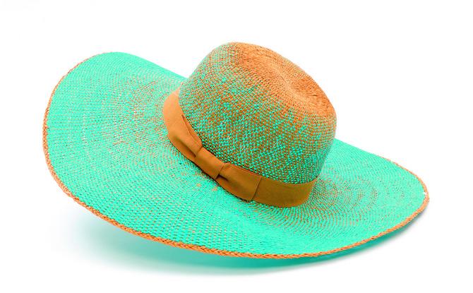 Ako je šešir prilično isflekan, neka u deterdžentu i vodi stoji potopljen nekoliko sati
