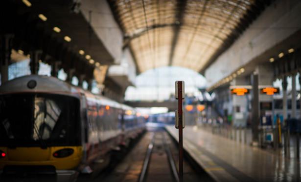 Zamiana stacji na przystanki ogranicza przepustowość remontowanych linii kolejowych.