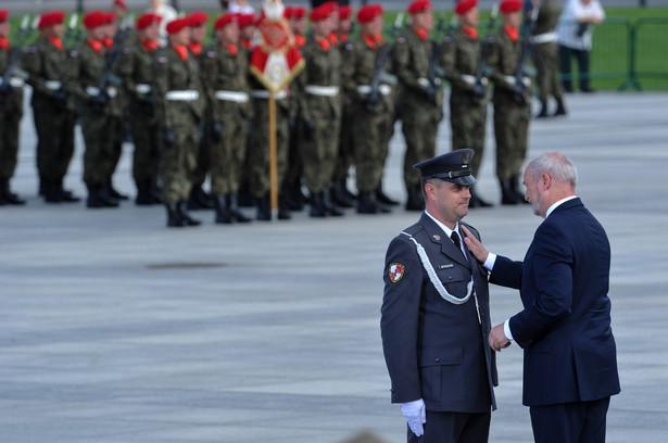 Minister obrony narodowej Antoni Macierewicz wręczył wyróżnienia i medale zasłużonym żołnierzom i pracownikom wojska podczas obchodów święta Wojska Polskiego i 96. rocznicy Cudu nad Wisłą