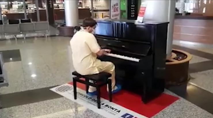 lekar svira klavir