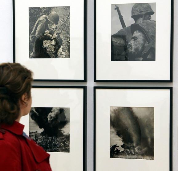 Posetilac posmatra Smitove fotografije na izložbi