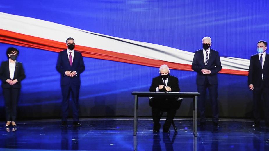 Elżbieta WItek, Mateusz Morawiecki, Jarosław Kaczyński, Jarosław Gowin oraz Zbigniew Ziobro podczas podpisania Polskiego Ładu
