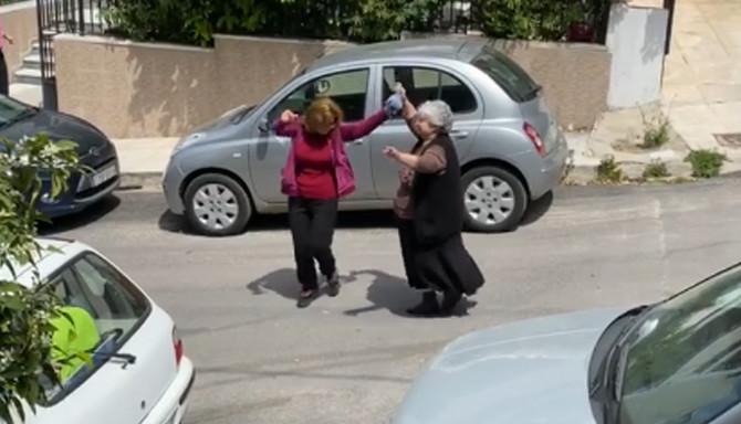 Baka zaigrala na ulici na Vaskrs u Atini