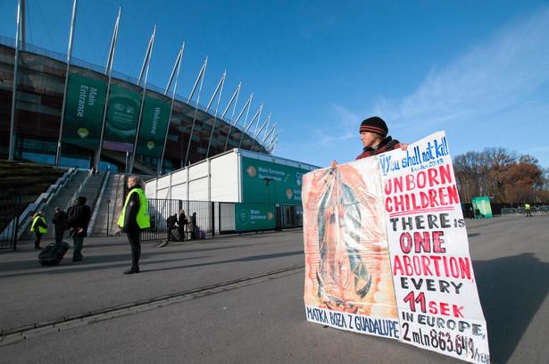 Mały protest przed Stadionem Narodowym