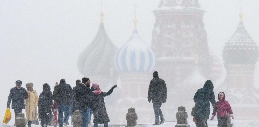 """Rekordowe opady śniegu w Moskwie. """"To jest alert wojenny"""""""