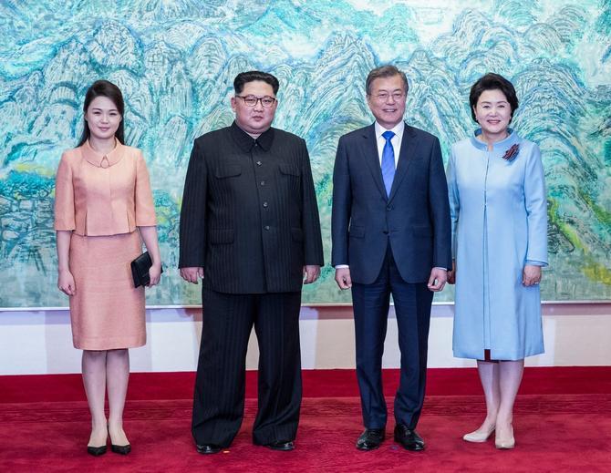 Predsednici Severne i Južne Koreje sa suprugama