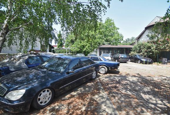 Dvorište puno automobila koji su mogli biti prodati umesto kuće