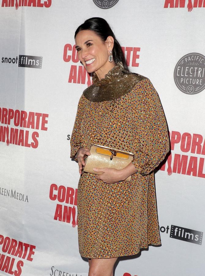 Prava torba za sjajnu haljinu: nasmejana Demi Mur