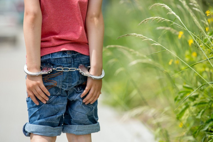 dečak sa lisicama dete sa lisicama uhapšeno dete hapšenje dečak profimedia-0288919637