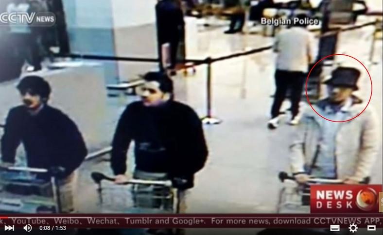 Mężczyzna po prawej jest podejrzewany o udział w zamachach na lotnisku w Brukseli