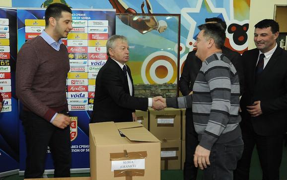 Vanja Udovičić i Ilija Petković su delili opremu klubovima iz Mladenovca
