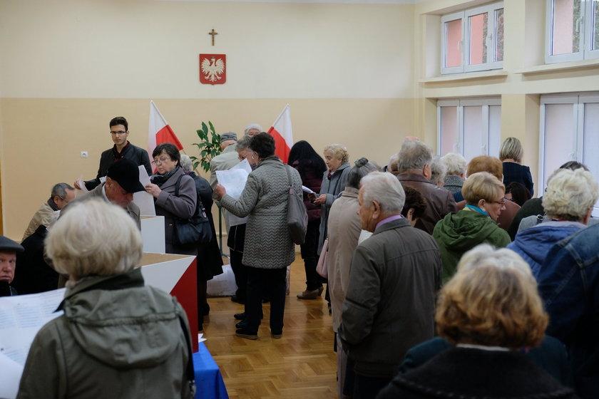 Wybory samorządowe 2018. Długie kolejki w komisjach wyborczych