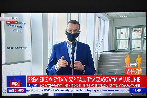 Premier Mateusz Morawiecki podczas transmisji wizyty w Szpitalu Tymczasowym w Lublinie