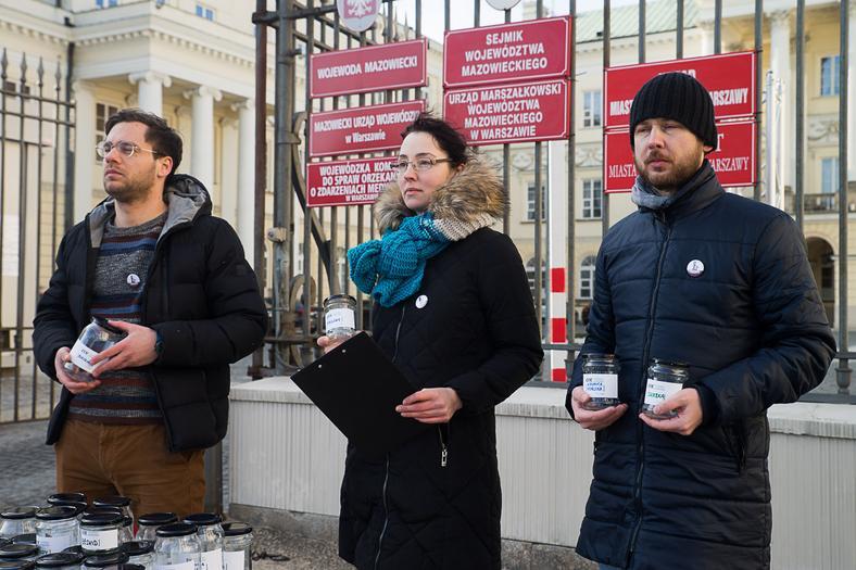 Partia Razem wręczyła słoiki z czystym powietrzem dla prezydent stolicy