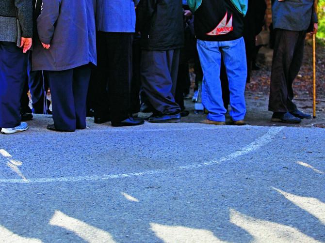 U Maloj Krsni ljudi stoje u redu da bi stali u krug nacrtan na zemlji: Kako je jedan pravnik i prevodilac Najdan pronašao eliskirne krugove