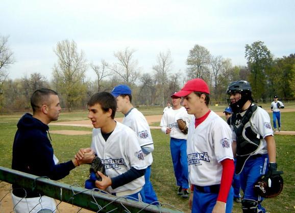 Kejter na treningu s mladićima iz Zrenjanina koji igraju za tim