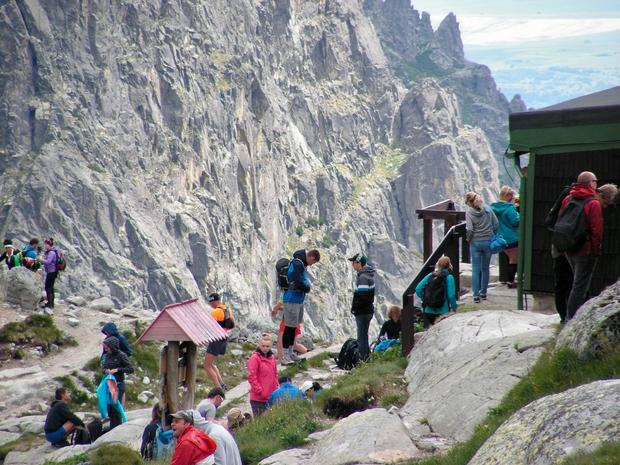 Turyści przed chatą Téry'ego. Jadalnie w środku jest wyjątkowo ciasna…