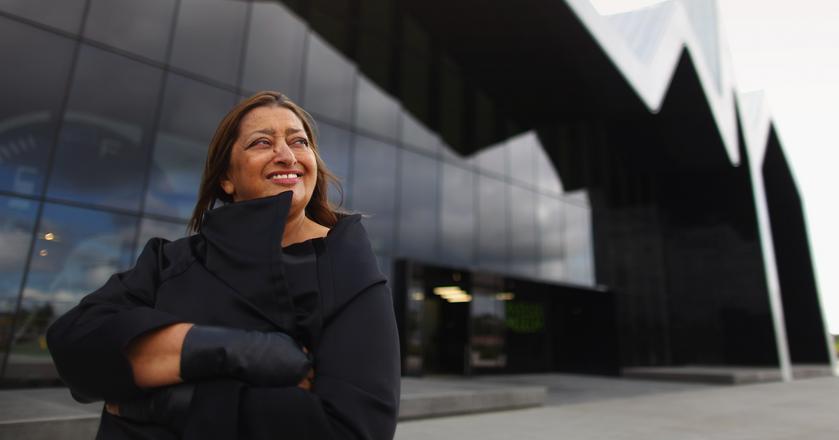 Projektantka Zaha Hadid pozuje na tle Riverside Museum w Glasgow w Wielkiej Brytanii