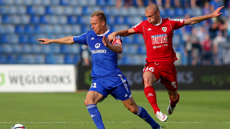 Rafał Grodzicki (L) z miejscowego Ruchu i Martin Nespor (P) z Piasta Gliwice w meczu Ekstraklasy, rozegranym w Chorzowie