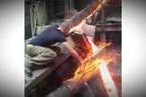 YT_rukom_kroz_istopljeni_metal_vesti_blic_safe